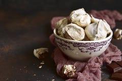 De eigengemaakte marmeren koekjes van het chocoladeschuimgebakje stock afbeeldingen