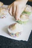 De eigengemaakte muffins met gekleurd verfrommelt Royalty-vrije Stock Foto