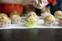 De eigengemaakte muffins met gekleurd verfrommelt Stock Foto