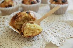 De eigengemaakte muffins van de de amandelplak van de abrikozenchocoladeschilfer met lepel Stock Foto's