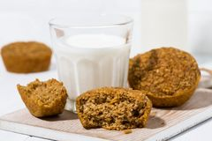 de eigengemaakte muffins van de havermeelpompoen en een glas melk royalty-vrije stock foto