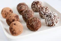 De eigengemaakte natuurlijke truffel van de veganistchocolade met cacao Stock Foto