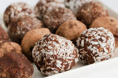 De eigengemaakte natuurlijke truffel van de veganistchocolade met cacao op witte pla Stock Foto