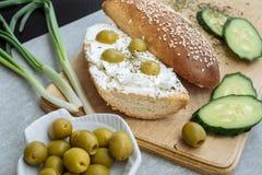 De eigengemaakte pastei van kaassnacks met kruiden, komkommers en olijven stock afbeelding