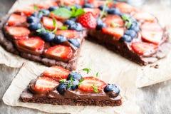 De eigengemaakte pizza van het chocolade natuurlijke fruit met bessen stock afbeeldingen