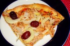 De eigengemaakte pizza van de tonijnplak stock foto
