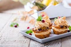 De eigengemaakte pompoen van de de herfstamerikaanse veenbes cupcakes met roomkaas ici Stock Foto