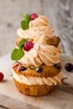 De eigengemaakte pompoen van de de herfstamerikaanse veenbes cupcakes met roomkaas ici Stock Fotografie