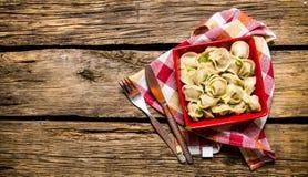 De eigengemaakte ravioli wordt voorbereid in een kop Op houten achtergrond Royalty-vrije Stock Foto's