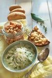 De eigengemaakte room van aardappelsoep met parmezaanse kaas en thyme, ingredien Stock Foto's