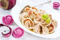 De eigengemaakte roze ravioli of de bollen van bietendeegwaren met het vullen Stock Fotografie