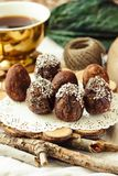 De eigengemaakte ruwe eieren van de veganistchocolade met chia en kokosnotendecor F Stock Foto's