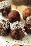 De eigengemaakte ruwe eieren van de veganistchocolade met chia en kokosnotendecor F Royalty-vrije Stock Foto