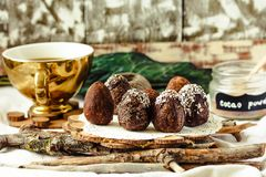 De eigengemaakte ruwe eieren van de veganistchocolade met chia en kokosnotendecor F Royalty-vrije Stock Foto's