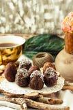 De eigengemaakte ruwe eieren van de veganistchocolade met chia en kokosnotendecor F Stock Fotografie