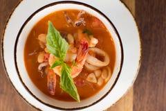 De eigengemaakte Soep van Calamari Fagioli Stock Foto
