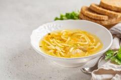 De eigengemaakte soep van de kippennoedel in een witte plaat, exemplaarruimte royalty-vrije stock foto's