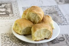 De eigengemaakte traditionele Tsjechische broodjes vulden met pruimjam, rozijnen en kwark op witte plaat op de lijst Royalty-vrije Stock Afbeeldingen