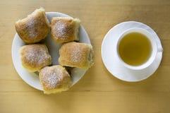 De eigengemaakte traditionele Tsjechische broodjes vulden met pruimjam, rozijnen en kwark op witte plaat op de lijst Stock Foto