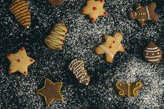 De eigengemaakte verse gebakken koekjes van de Kerstmispeperkoek stock afbeeldingen
