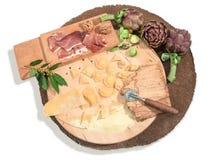 De eigengemaakte verse ravioli met prosciutto, okkernoten, spruitjes, artisjok en aromatische kruiden paste op een rustiek rond b Stock Fotografie