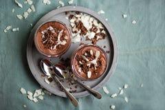 De eigengemaakte voorbereide chocolademousse met kokosnotenroom en chocolade bestrooit Royalty-vrije Stock Afbeelding
