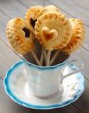De eigengemaakte zandkoekkoekjes knalt met chocolade in kop Stock Fotografie