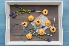 De eigengemaakte zandkoekkoekjes met chocolade knalt op dienblad Stock Fotografie