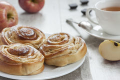 De eigengemaakte zoete broodjes van de appelkaneel Royalty-vrije Stock Fotografie