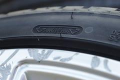 de eigenschap van de randbescherming bij de zijwand van een band van de hoge prestatiesauto opgezet op een geschaafde aluminiumra stock foto