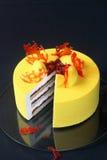 De eigentijdse Gele Cake van de Fluweelmousse Stock Afbeeldingen