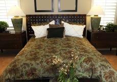 De eigentijdse slaapkamer van het luxehuis. royalty-vrije stock afbeeldingen