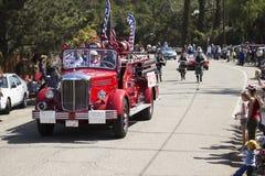 De eiken Mening, Californië, de V.S., 24 Mei, 2015, antieke brandmotor leidt Memorial Day -Parade Royalty-vrije Stock Afbeeldingen