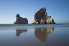 De Eilanden van de overwelfde galerij dichtbij Wharariki Strand, Nieuw Zeeland royalty-vrije stock foto's