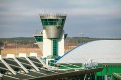 De eindbouw en de controletoren bij de luchthaven van Helsinki Royalty-vrije Stock Foto