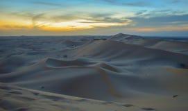 De eindeloze duinen van het woestijnzand bij zonsondergang dichtbij Abu Dhabi stock afbeelding