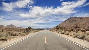 De eindeloze weg van het land in Doodsvallei, Californië, de V.S. Stock Foto's