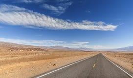 De eindeloze weg van het land, Doodsvallei, de V.S. Stock Fotografie