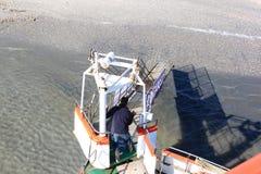 De einden van de verbindingenboot op sandbar, Ameland-eiland, Holland Stock Afbeeldingen