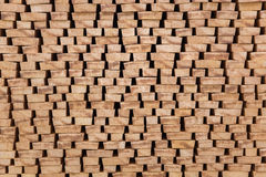De einden van verwerkt die timmerhout op openlucht wordt gestapeld Stock Fotografie