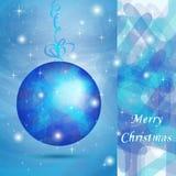 De elegante bal van Kerstmis met blauwe schaduwen Stock Afbeeldingen