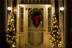 De elegante Deuropening van Kerstmis bij Nacht Royalty-vrije Stock Foto