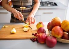 De elegante handen die van de vrouw appelen aan boord snijden Royalty-vrije Stock Afbeelding