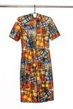 De elegante kleding van Midi met abstract geometrisch gekleurd patroon, isol Stock Afbeeldingen