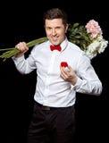 De elegante man met een ring en bloemen Royalty-vrije Stock Foto's