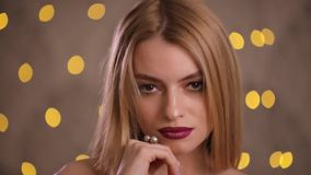 De elegante mannequin met mooi haar draait gezicht en bekijkt camera, langzame motie stock footage