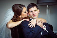 De elegante mooie bruid houdt de bruidegom Royalty-vrije Stock Afbeelding