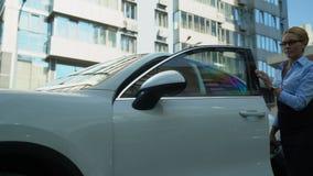 De elegante onderneemster krijgt uit luxeauto, succesvolle carrière en rijkdom stock video