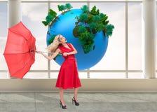 De elegante paraplu van de blondeholding Royalty-vrije Stock Afbeeldingen