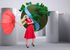 De elegante paraplu van de blondeholding Stock Foto's